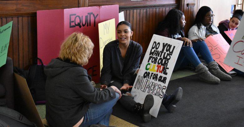 Sophomore Shay Manuela talking to professor Biser during the sit-in.